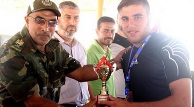 """السباح صالح يفوز ببطولة """"فلسطين"""" للسباحة على شواطئ غزة"""