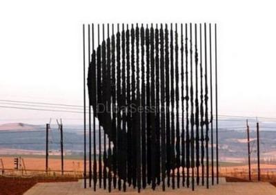 """بلدية رام الله تسعد لاستقبال مجسم """"نيلسون مانديلا """""""