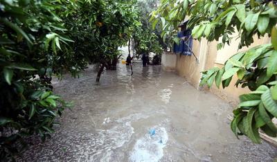بلدية خان يونس تواصل جهودها للتخفيف من تداعيات أمطار الشتاء