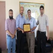 لجنة أنشطة عائلة الفرا تقدم درع الشكر والتقدير للكلية الجامعية