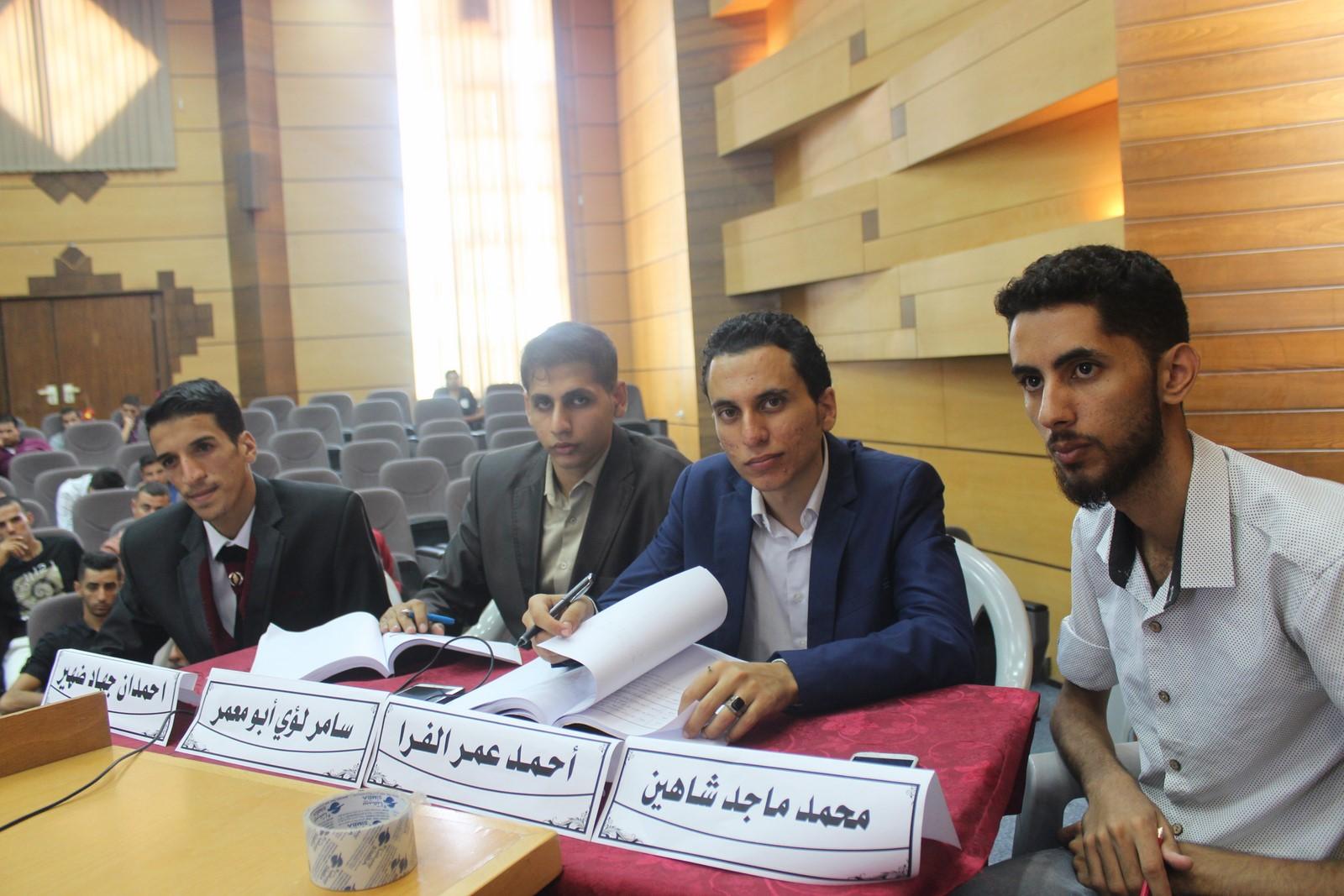 أ.أحمد عمر الفرا وزملاؤه يُنافشون بحث التخرج