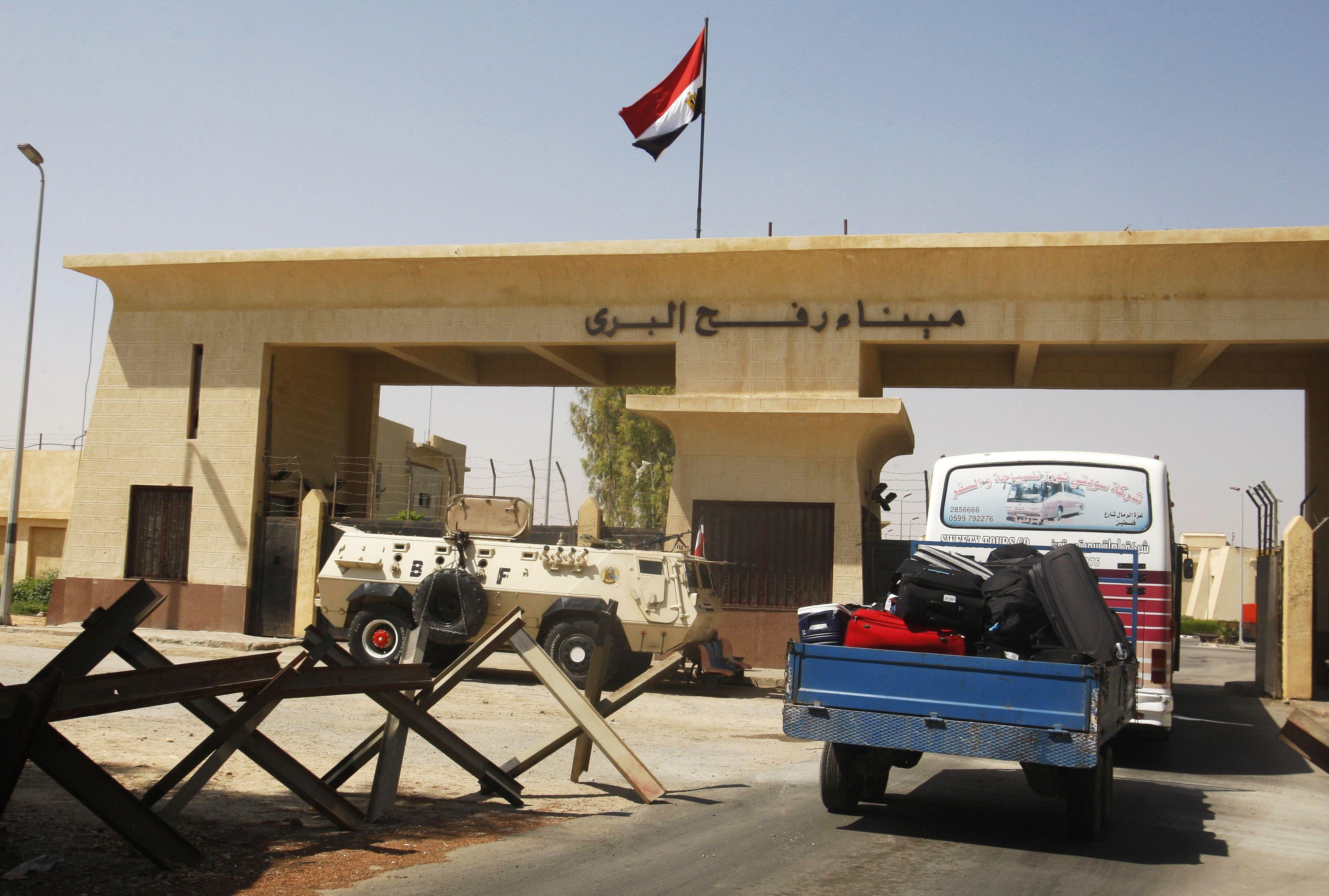 السيد / سيف الدين عبدالرحمن الفرا و زوجته يغادران ارض الوطن