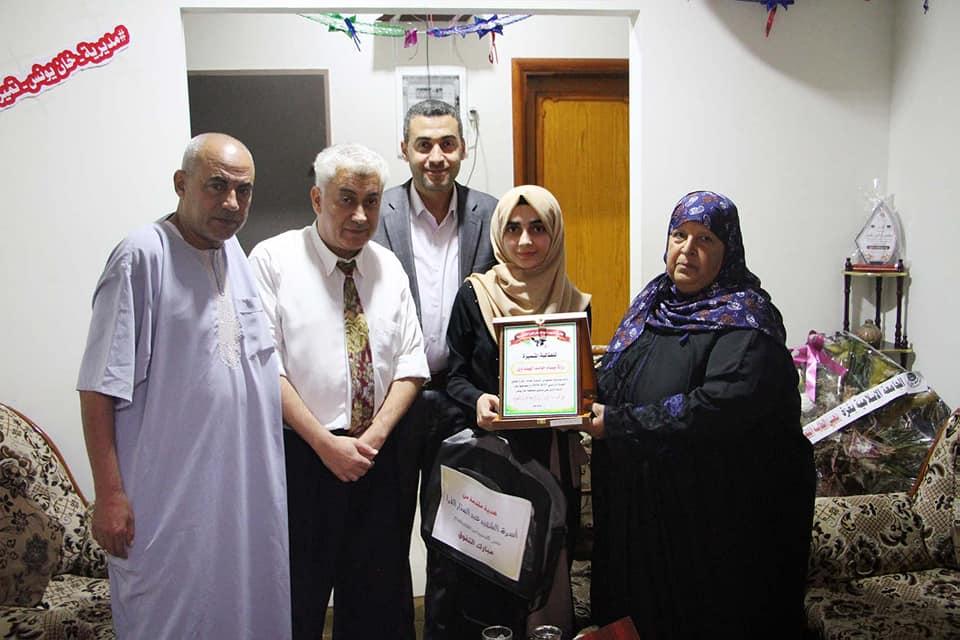 """عائلة الهنداوي تشكر عائلة الفرا على تكريمهم للطالبة """"رولا الهنداوي"""" الأولى على الفرع العلمي بخانيونس"""
