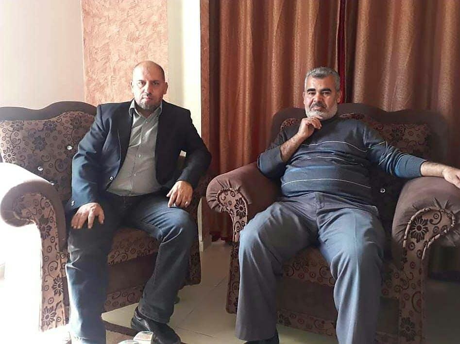 أ. أيمن الفرا برفقة وفد من بلدية القرارة  يهنئون زميلهم بالسلامة