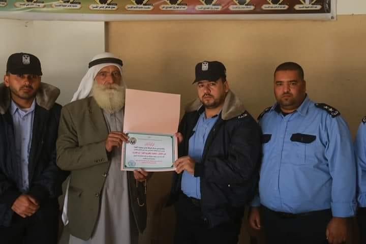 """مركز شرطة معن يكرم رجل الإصلاح المختار: محمد اكريم الفرا """"أبوزيد"""""""
