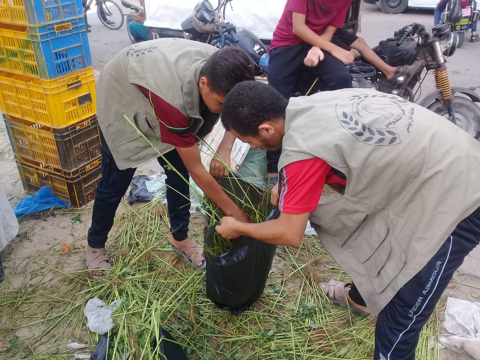 تنفيذ حملة نظافة لمخلفات سوق حي الأمل غرب خان يونس