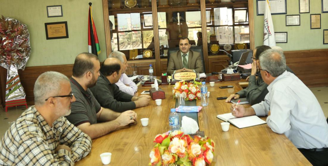 بلدية خانيونس تناقش احتياجات السكان في حي السطر