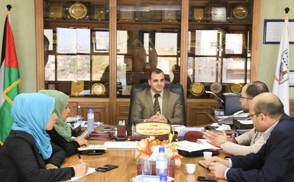 بلدية خان يونس وجمعية المرأة العاملة تبحثان تكوين مجلس مشترك لمساندة المرأة