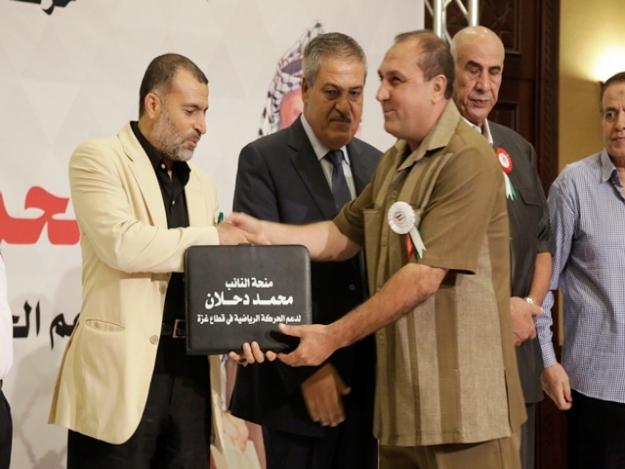 د.اسامة الفرا يُسلم الأندية الرياضية في قطاع غزة منحة النائب محمد دحلان للموسم الجديد