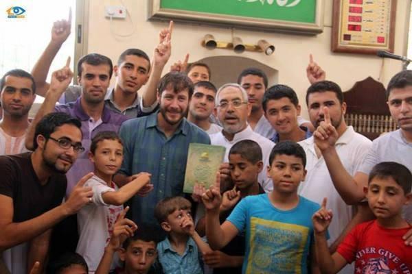 شاب أمريكي نيكولاس (33 عاماً) مقيم في مدينة غزة أعلن إسلامه بعد صلاة الجمعة في مسجد المصطفى غرب المدينة بعد أن أبدى إعجابه بالدين الإسلامي الذي عرفه من خلال معاشرته للفلسطينيين .
