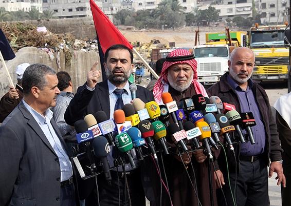 بلديات قطاع غزة تحذر من كارثة بيئية بعد توقف سيارات نقل النفايات لنفاد الوقود