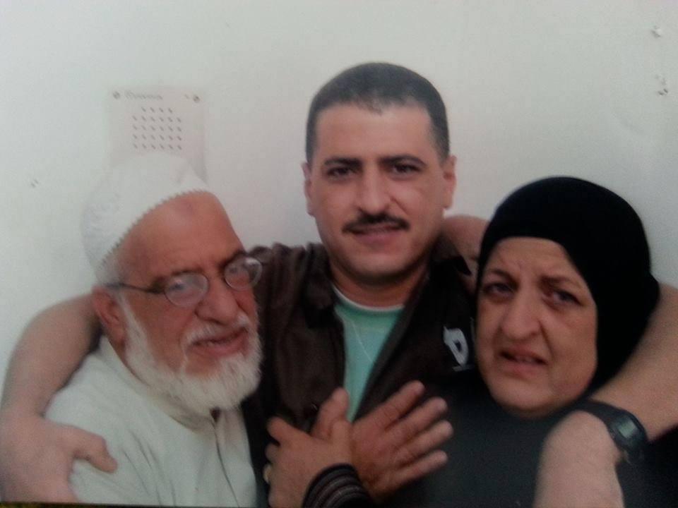 الحاج أبو راني والحجه إم راني في زيارة لإبنها الأسير رائف رامز الفرا  في سجن نفحه