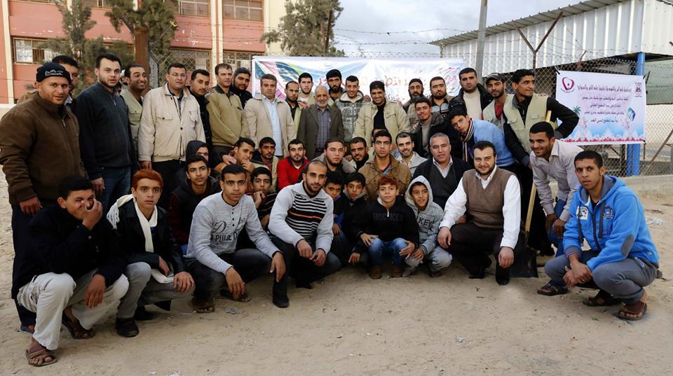 عائلات خان يونس تشارك البلدية في تشجير شارع المقابر