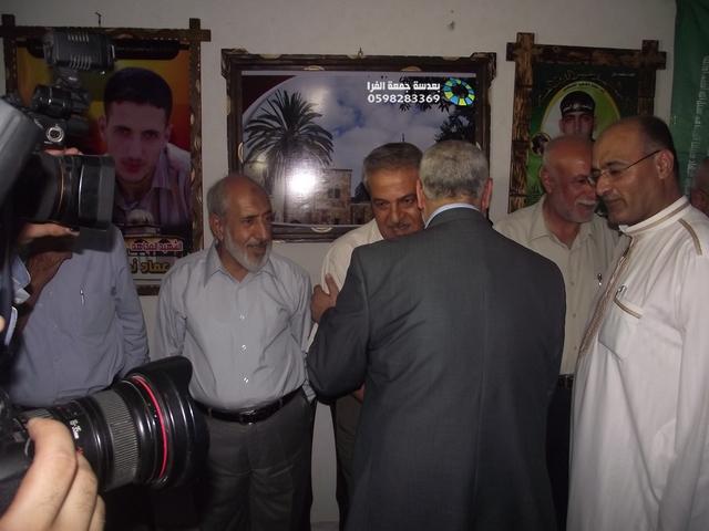 زيارة وفد حركة حماس لديوان العائلة -معن أمس لتقديم واجب العزاء في الشهداء